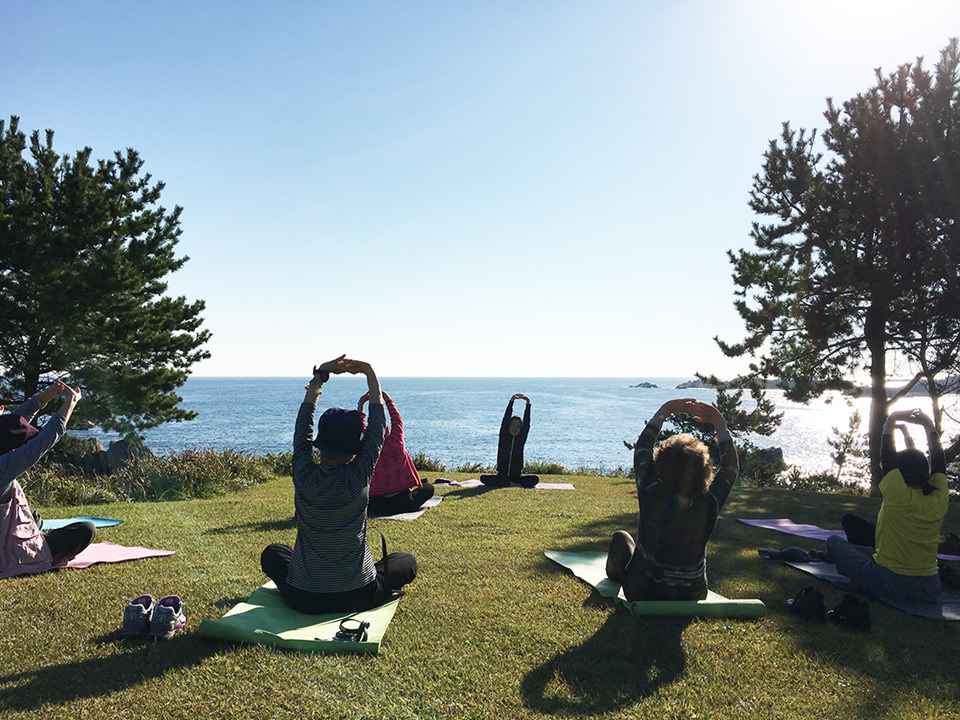 Sea breeze yoga on the natural lawn of the Tanesashi Coast with breakfast